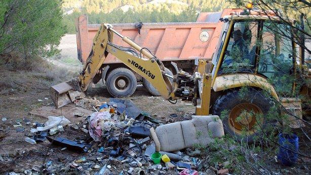 Una excavadora recoge los residuos localizados en los Depósitos del Portillo. (María San Gil)