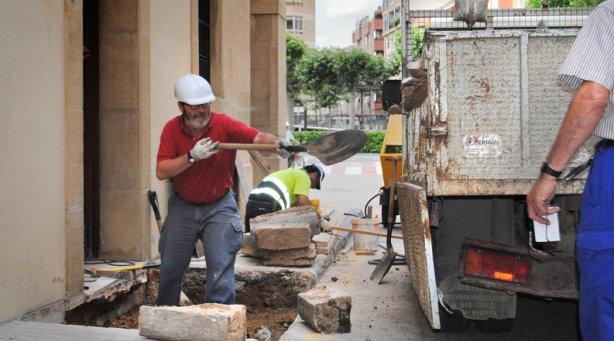 Operarios trabajan en la eliminación de barreras arquitectónicas. M.S.G.