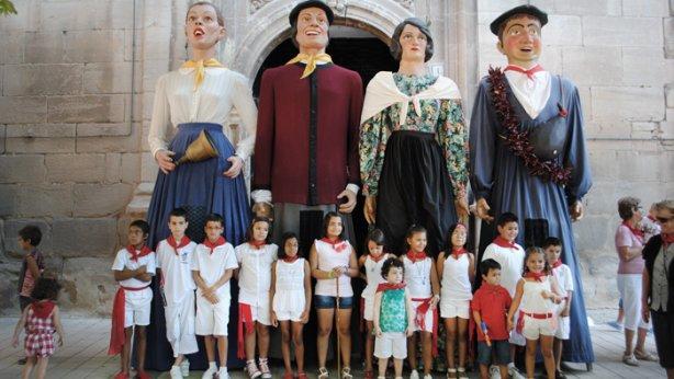 La corporación infantil y los gigantes de Lodosa, en el momento previo a colocarles el pañuelo rojo a los patronos. (María San Gil)