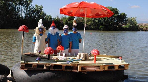 Los Pitufos ganaron la sexta Bajada de Artilugios por el río Ebro. (María San Gil)